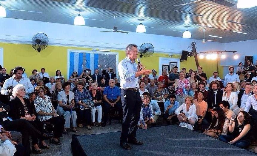 El Presidente se mostró con Basavilbaso en un centro de jubilados de San Luis