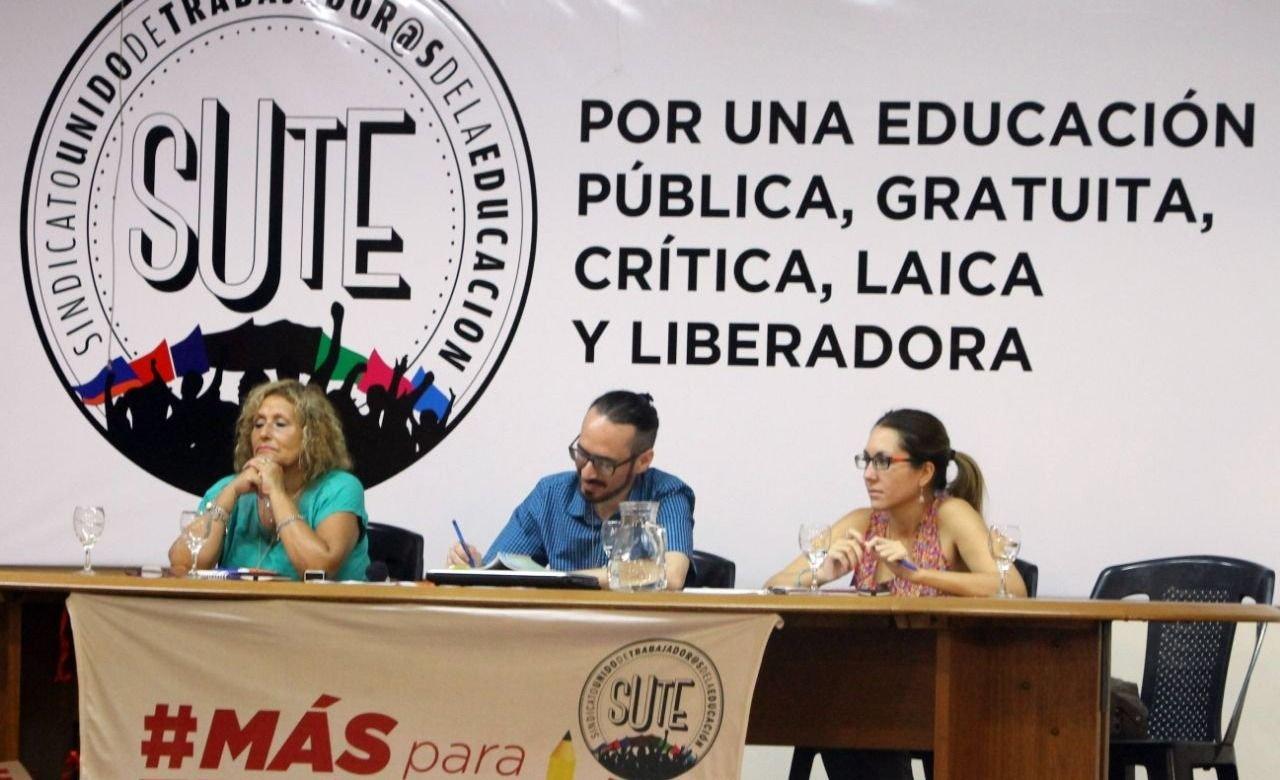 Los maestros protestaron por el aumento por decreto