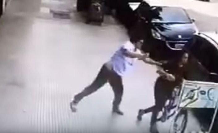 El violento golpeador callejero fue atrapado por vecinos