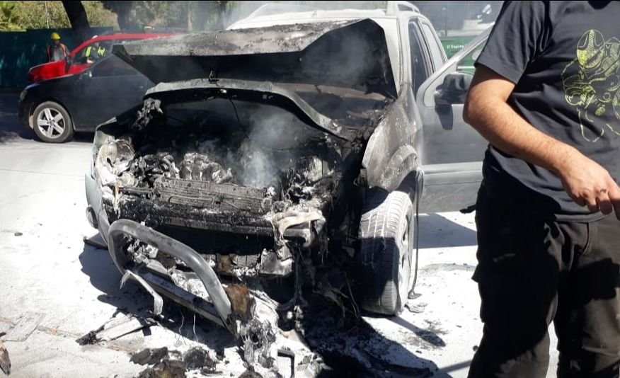 Video | Se prendió fuego una camioneta en la Costanera y la gente apagó las llamas