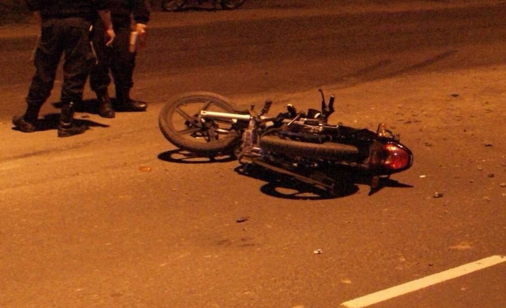 Iban en una moto, los atropelló un auto de frente y uno de ellos murió