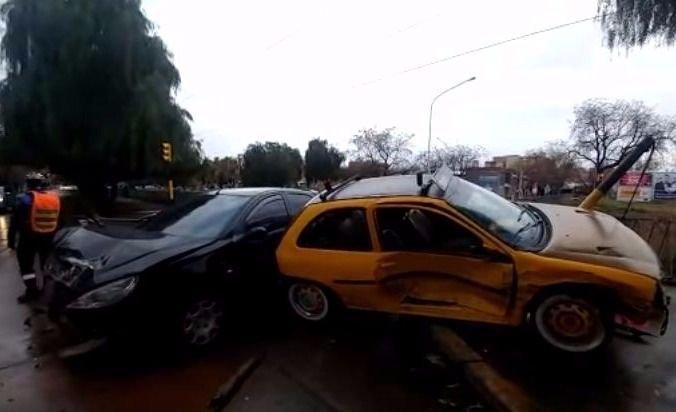 """Con la calle resbaladiza, dos autos se pegaron un """"palo"""" en la Costanera"""