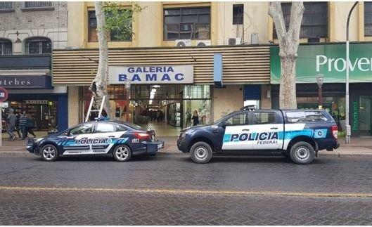 Vendían ropa trucha en pleno centro y los pescó la Policía