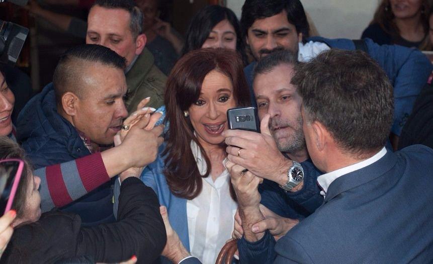 Cristina Kirchner aguarda por los resultados en su búnker de Arsenal