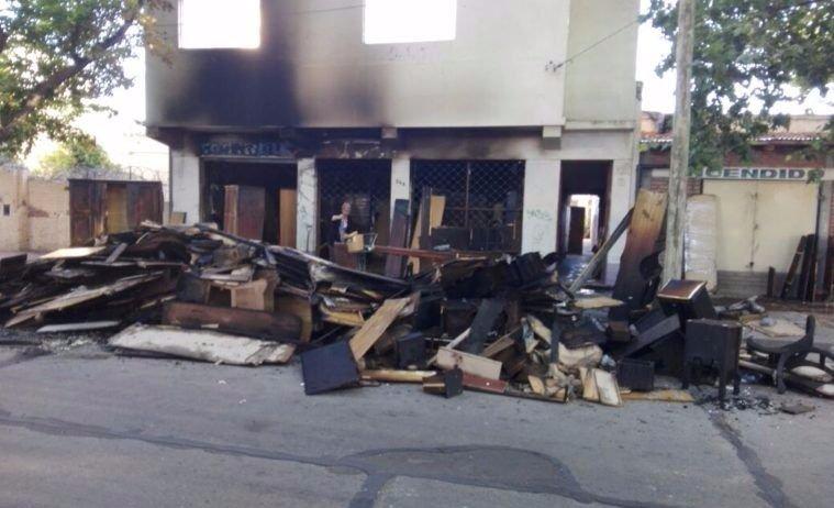 Un supuesto incendio intencional destruyó un depósito de muebles