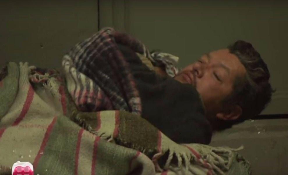Un galán de telenovelas ahora duerme en la calle y pide limosna