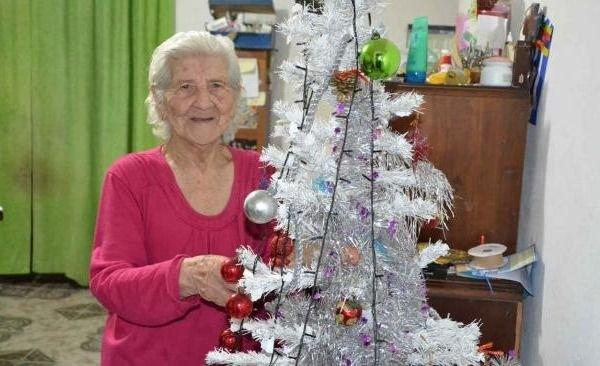 Una abuelita cometió un error al armar el arbolito: ¡No son bolas, son...!