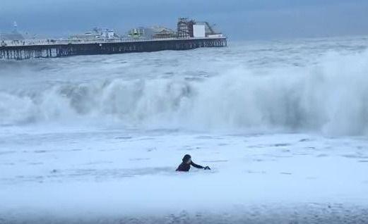 Mujer se tiró al agua para salvar a su perro cuando se lo llevaba la marea
