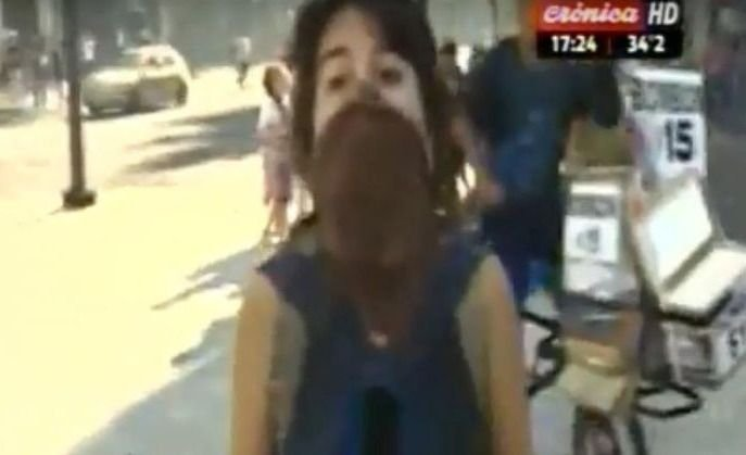 VIDEO | Violentos encapuchados atacaron a un móvil de Crónica