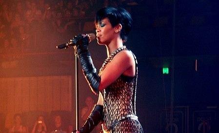 La cantante Rihanna presenta una demanda contra su padre