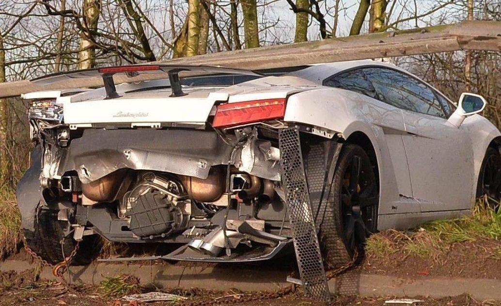 La destrucción en la parte trasera del auto.