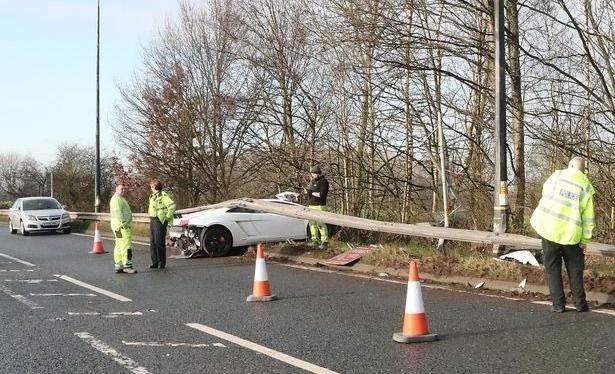 Policía británica custodia el lugar del accidente.