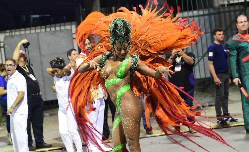 Se le cayó el conchero en pleno Carnaval de Brasil