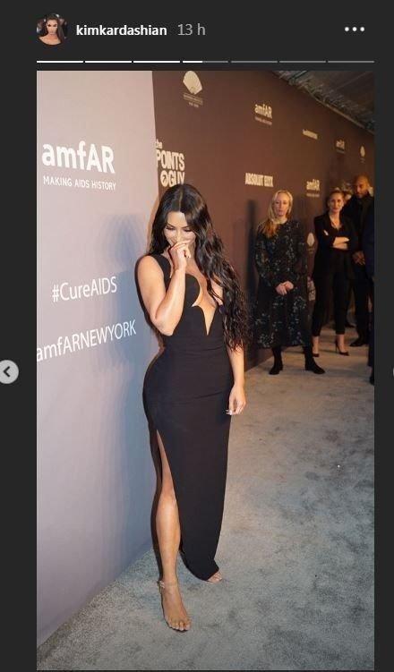 kim-kardashian-kourtney-kardashian-vestido-escote-gala-moda-fotos-juntas-hermanas-new-york