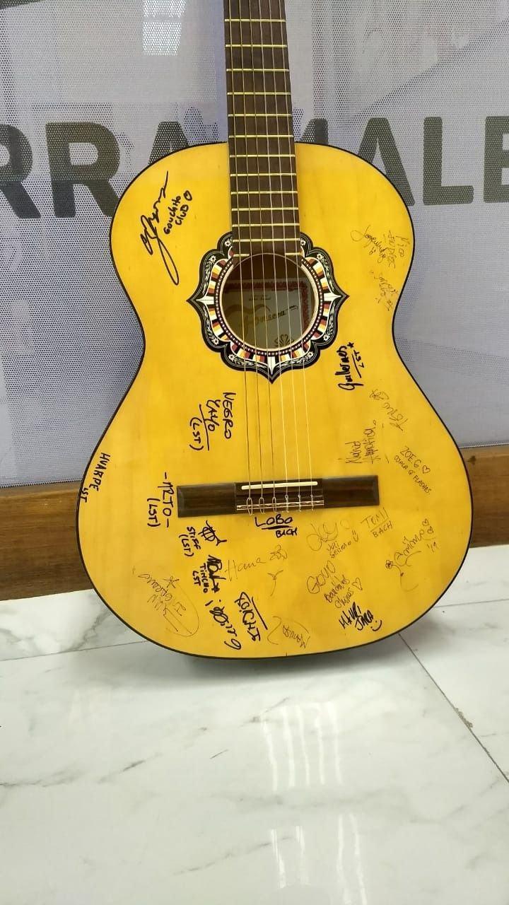 Guitarra-acústica autografiada-lujan-suena-mendoza-lujan-de-cuyo-