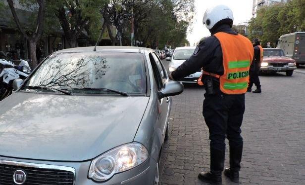 Un policía vial fue arrastrado por un conductor borracho