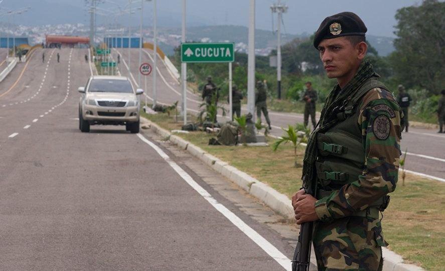 Militares venezolanos dispersan con gases a manifestantes en puente fronterizo con Colombia