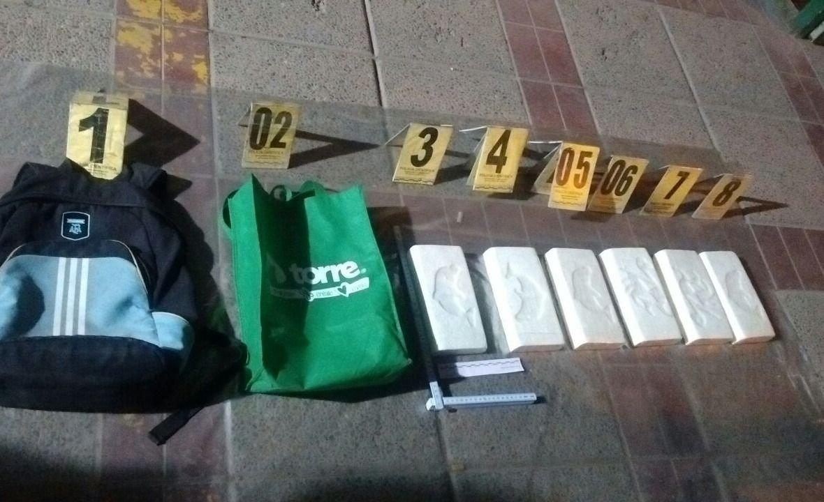 """Mendoza: los atraparon en un auto """"cheto"""" con mucha merca encima"""