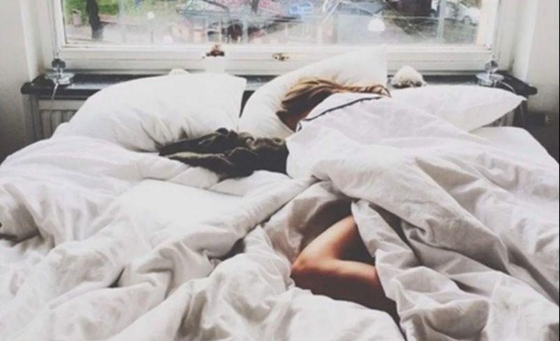 Según la ciencia por qué dormimos con un pie afuera de la sábana