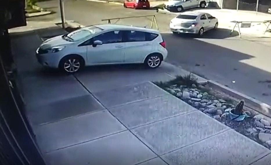Video | Así le roban la rueda a un auto estacionado en un barrio en Carrodilla