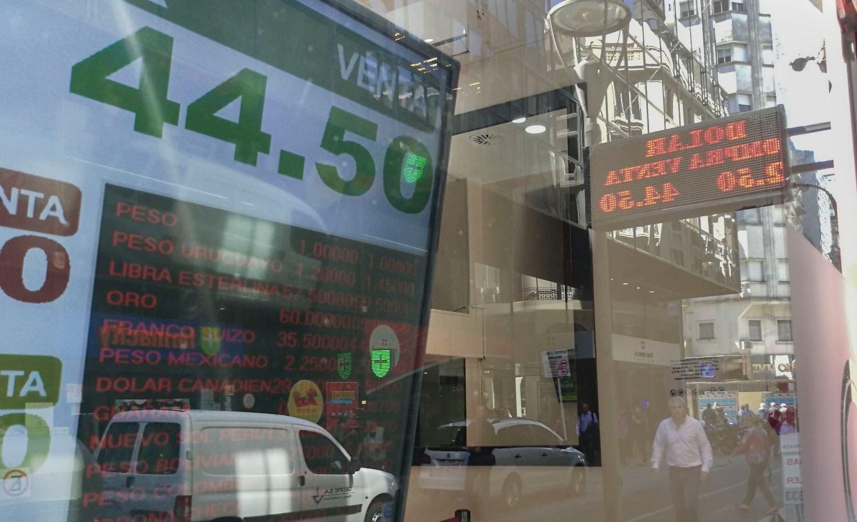 Dólar hoy: cerca de los $45 y con riesgo país récord