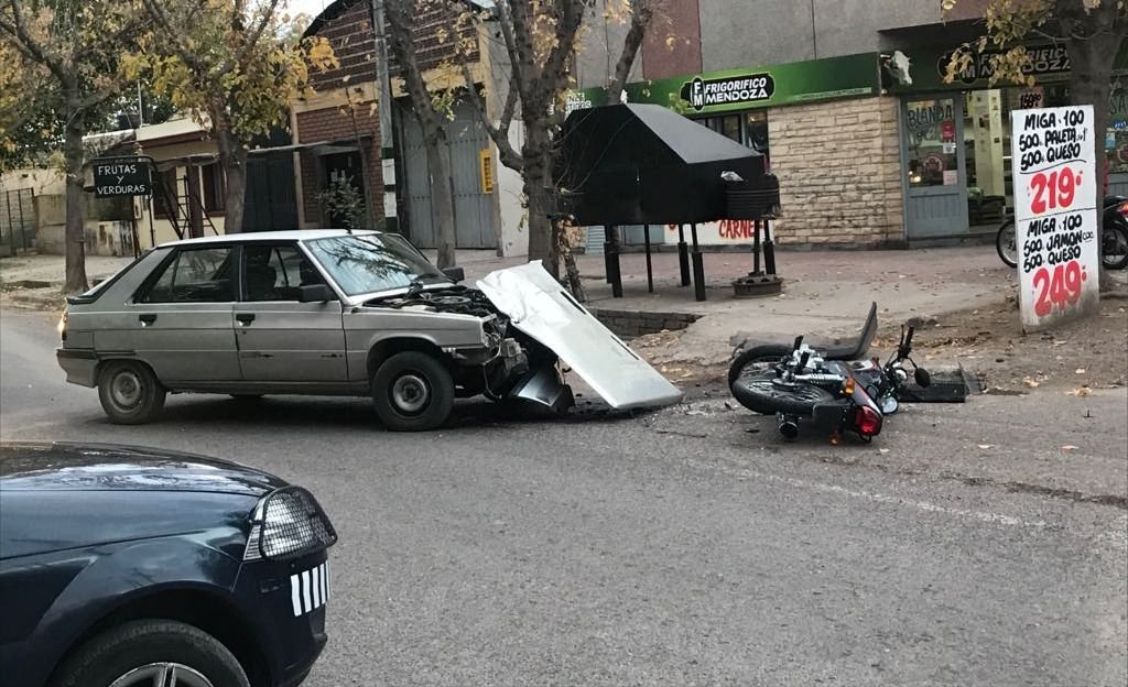 Duro accidente entre una moto y un auto en Guaymallén