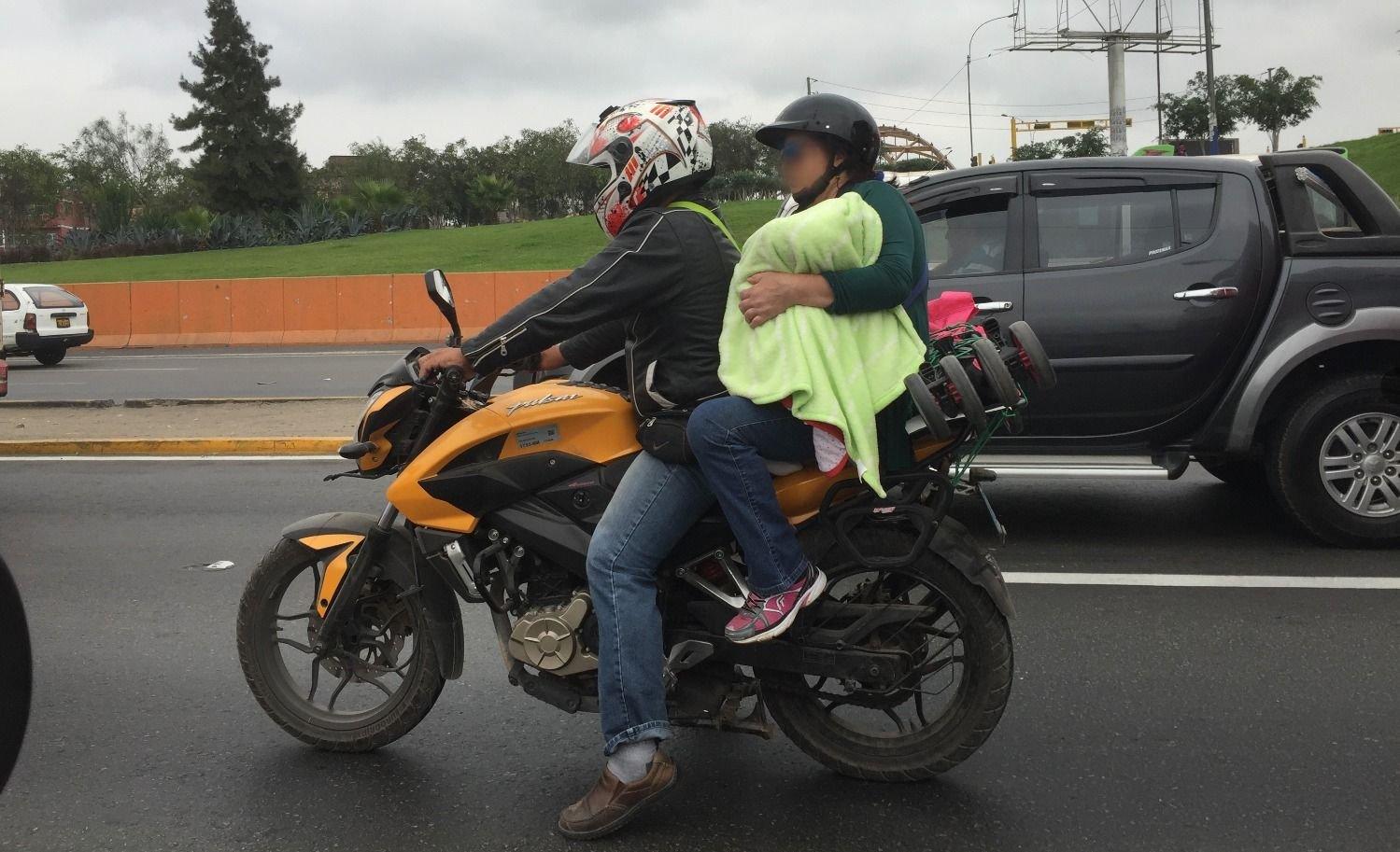 Iban con su bebé en la moto y sufrieron un durísimo accidente