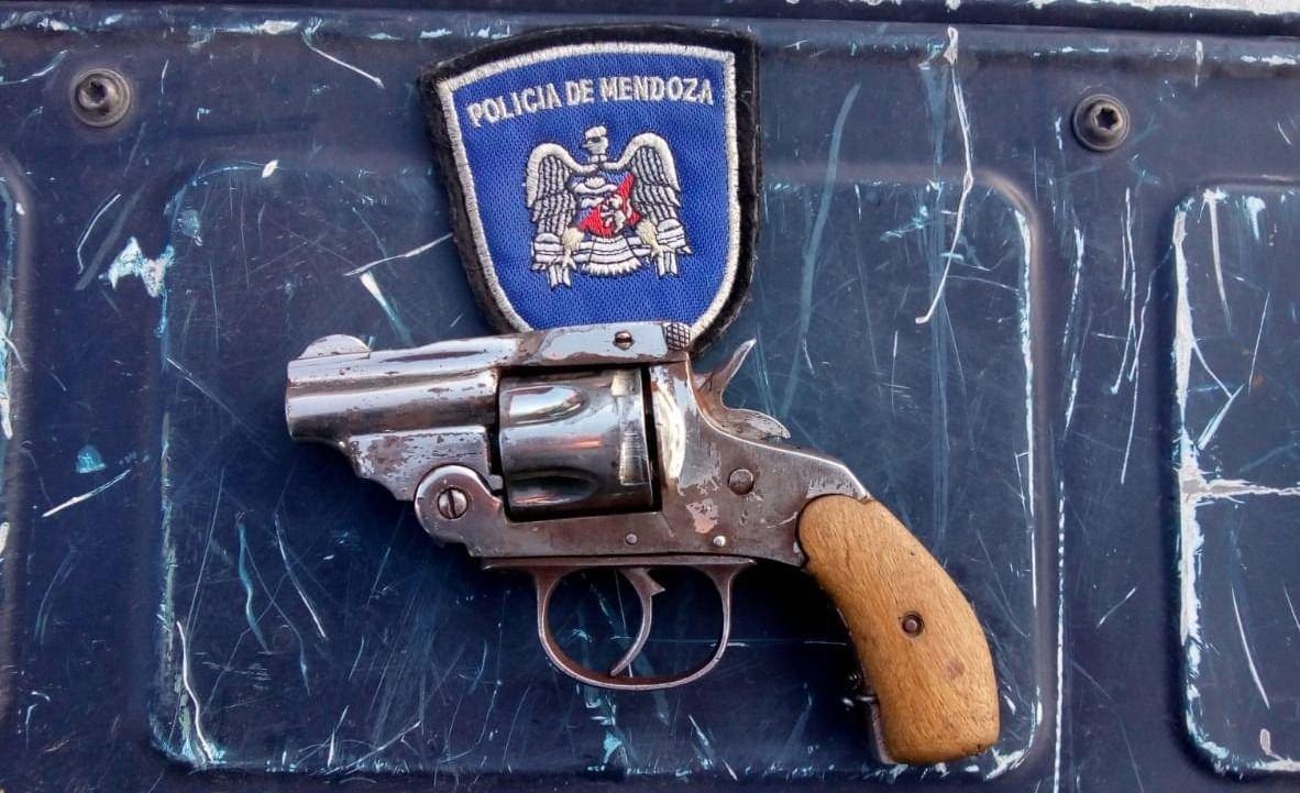 revólver-auto-policiales-mendoza-hoy-maipú-detenidos-parada-micro