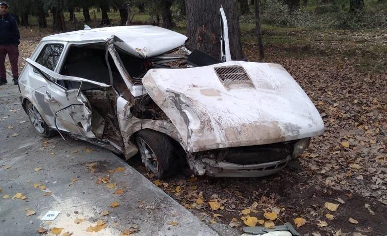 Estrelló su auto contra un árbol y está en grave estado