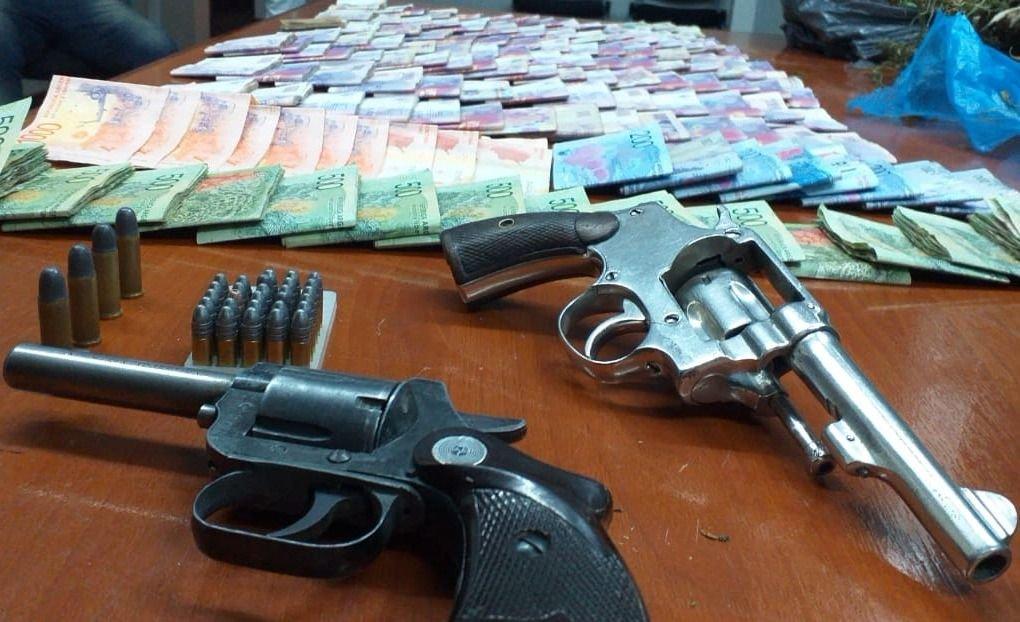 Detienen a dos hombres con más de siete kilos de droga, dinero y armas