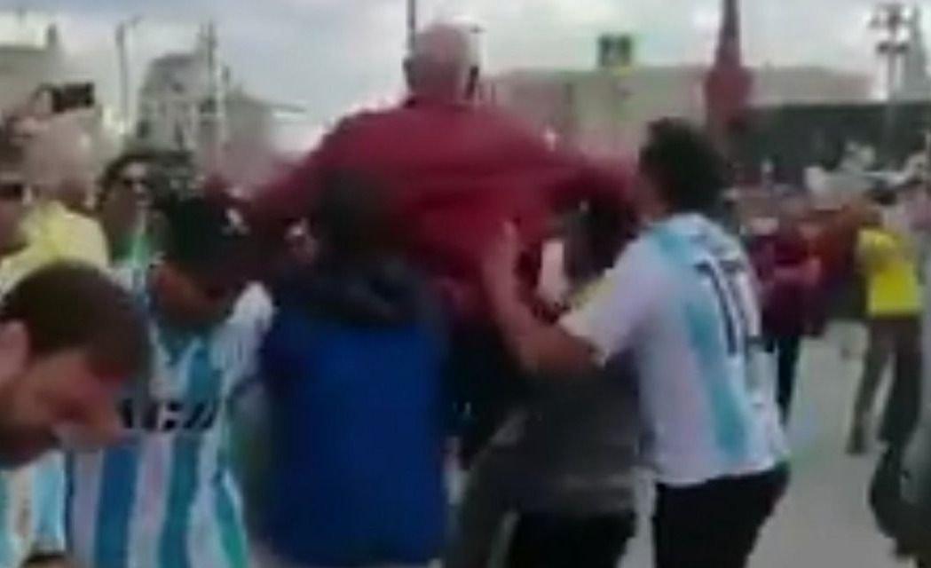 """El nuevo curro de los argentinos en Rusia 2018: les pagás y te hacen un """"pogo"""""""