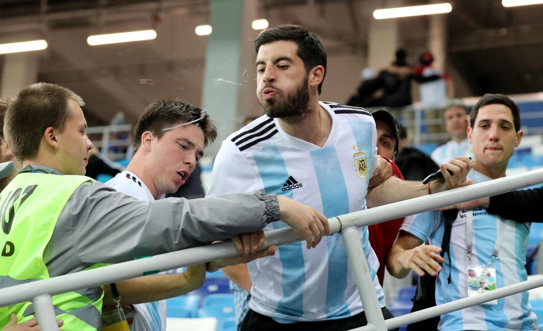 Hinchas argentinos despidieron a los jugadores con escupidas e insultos