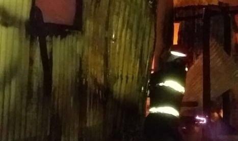 El fuego consumió una vivienda donde vivían unas 15 personas