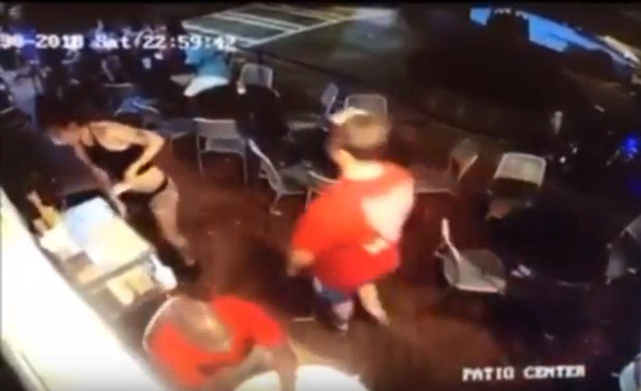VIDEO | Un cliente le tocó la cola a una moza y su reacción se volvió viral