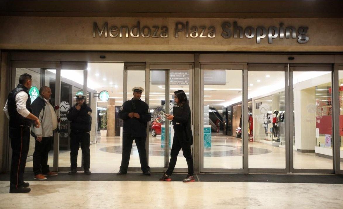 El Mendoza Plaza Shopping debió ser desalojado por una amenaza de bomba