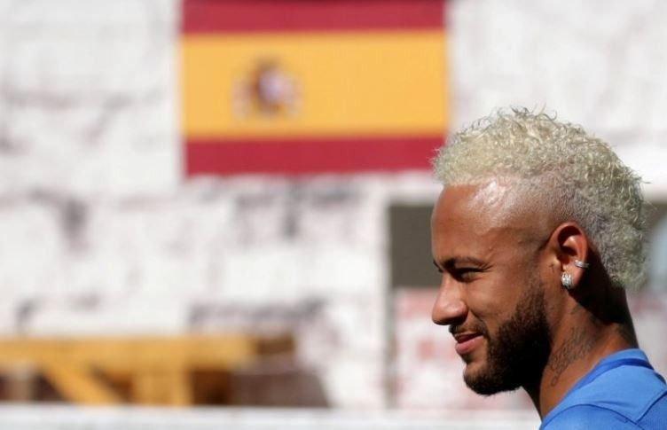 Neymar-look-pelo-rubio-fotos-barcelona-foto-jugador-moda-2019-rulos-famoso