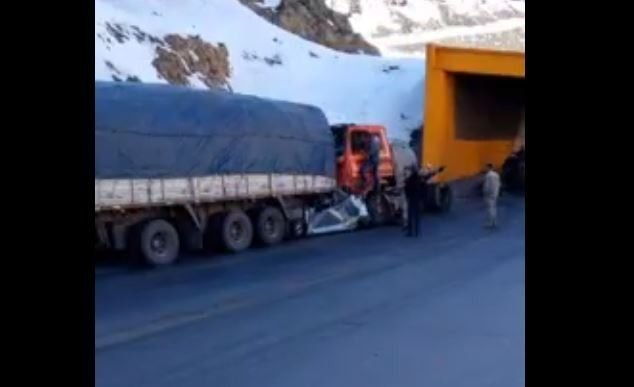 Auto fue arrollado por 2 camiones a la vez — Impactante accidente