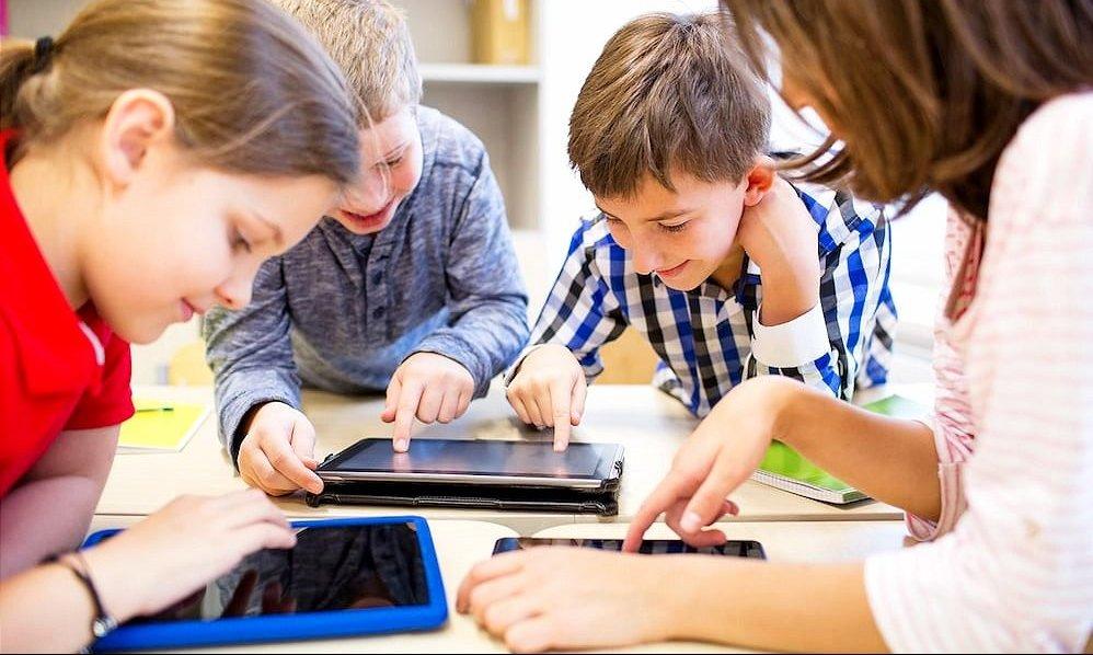 Se viene el Día del Niño: ¿es aconsejable regalar tecnología o juguetes?