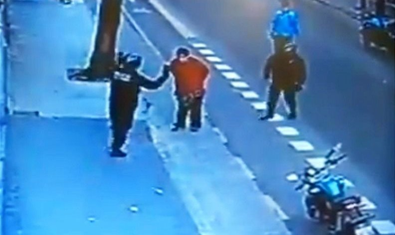Un policía de Buenos Aires le dio una patada en el pecho y el hombre murió