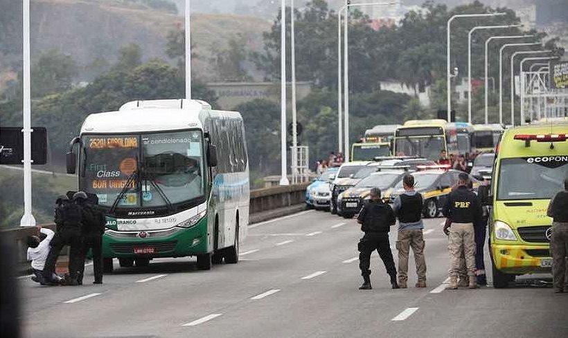 Un hombre secuestró un autobús con rehenes y fue abatido por un francotirador