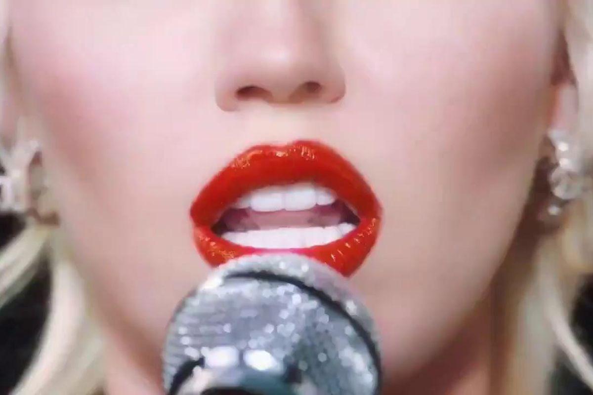 """Miley Cyrus sigue dejando mensajes crípticos sobre """"Midnight Sky"""""""