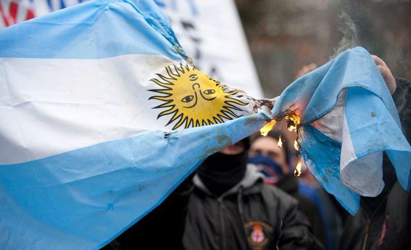VIDEO] Estudiantes quemaron una bandera argentina en el marco de una ...