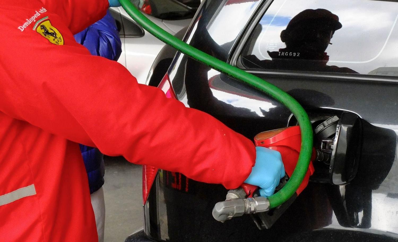 Oficializan compensación a petroleras por el congelamiento de los combustibles