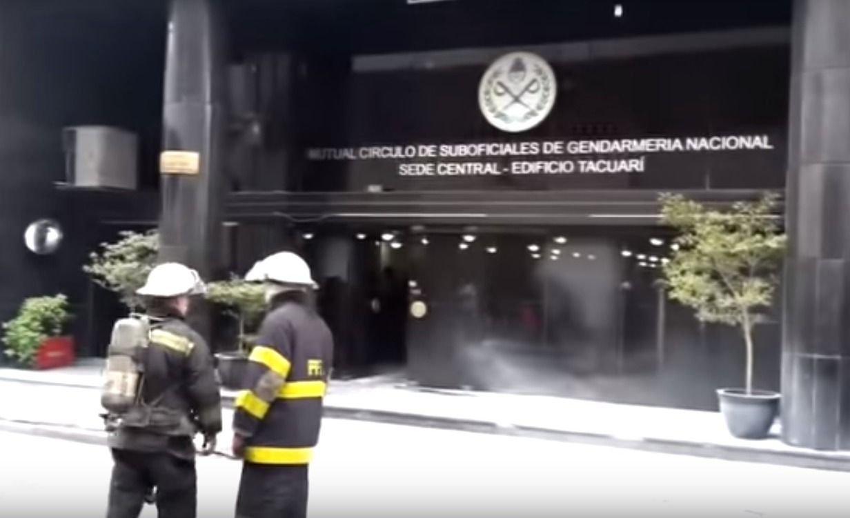 Manifestantes atacaron con bombas Molotov una sede de Gendarmería Nacional: hay video