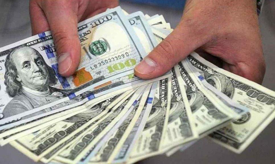 Leve baja del dólar, que cerró a $62,89