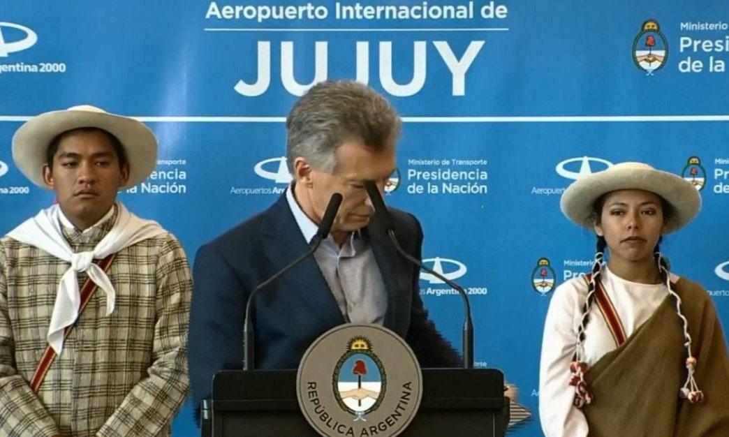 Video: Macri sufrió un blooper con su celular en pleno discurso y generó risas