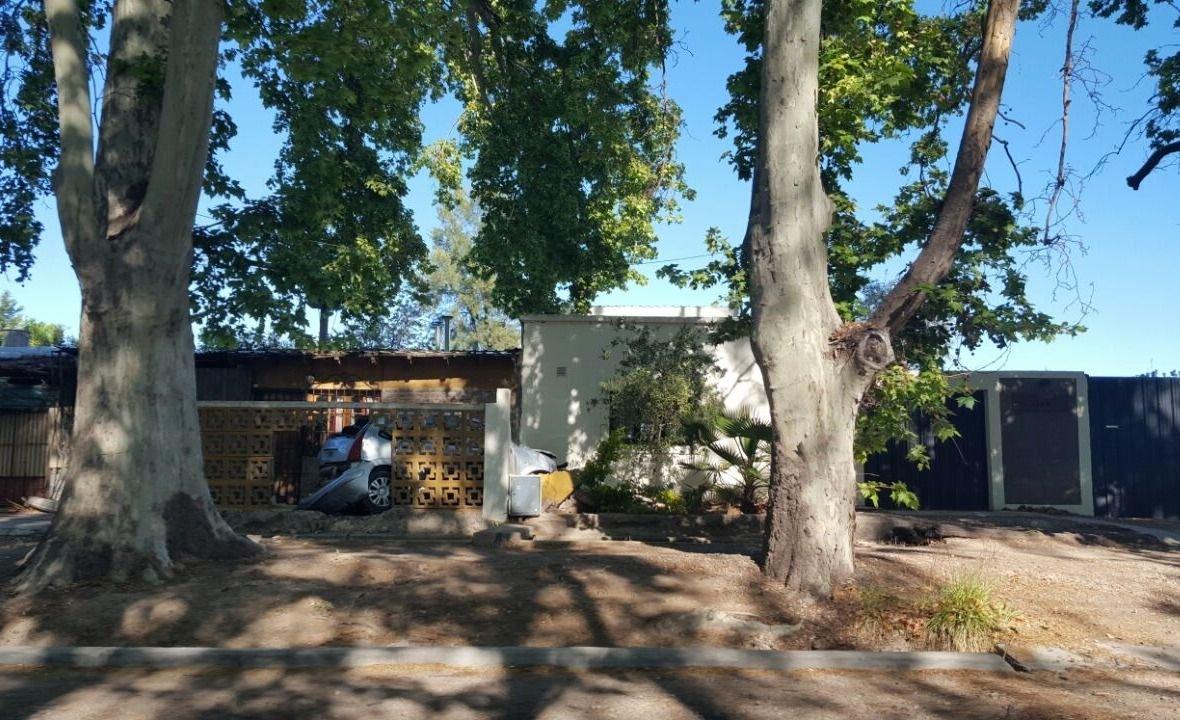 Luján de Cuyo: un auto terminó incrustado contra una casa