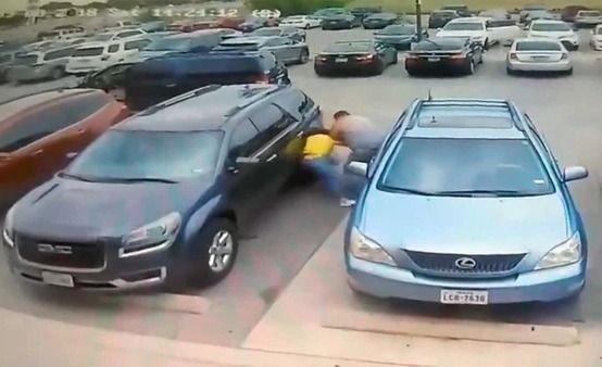 Feroz golpiza de un hombre contra una mujer por retirar el estacionamiento