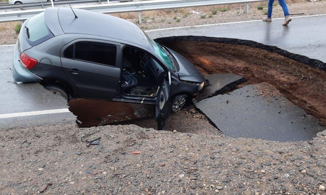 Colapsó la Ruta 7 y un auto cayó a un enorme cráter