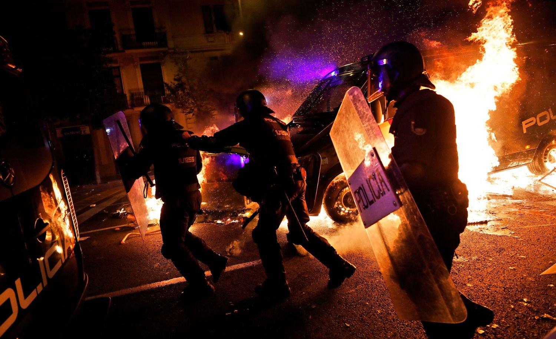 Noche de crisis en Barcelona con enfrentamientos y vuelos cancelados